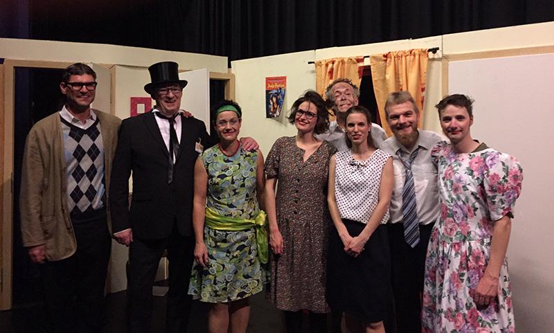 Gruppe von Schauspielern in der Kulisse, Ostensibles – Osnabrück's Theatre in English